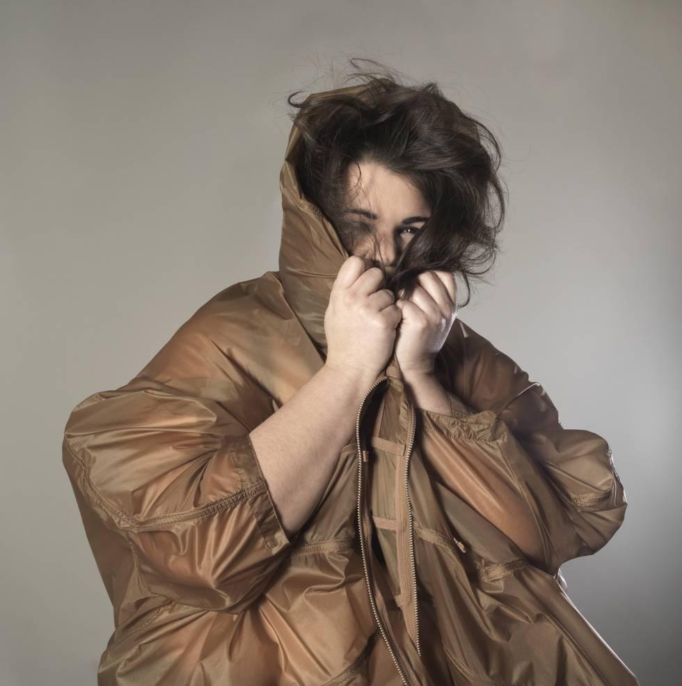 """Lidia López Miguel: Editora. 34 años. Talla 50. """"De adolescente, cuando iba de compras siempre acababa llorando porque toda la ropa que había  era de señora. No entendía por qué no podía vestirme como mis amigas"""".  Parka de Cos."""