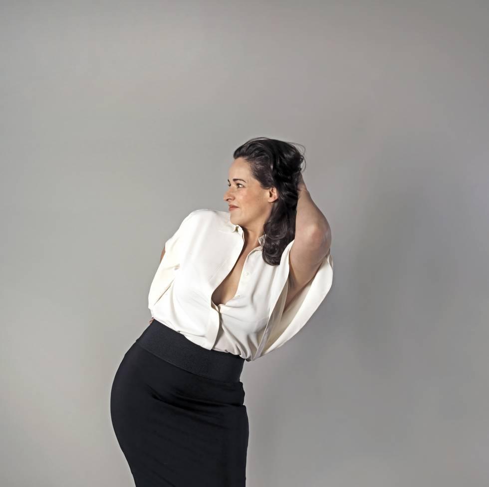"""Luz Fernández García  Arquitecta y empresaria gastronómica. 42 años. Talla 44. """"Hay algo tiránico en los diseñadores que buscan modelos de mujer que se adapten a su ropa y no al revés"""". Camisa de Ralph Lauren y falda de Calvin Klein."""