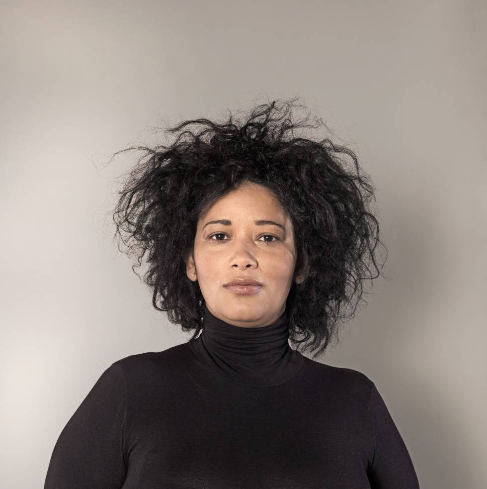 """Fior Pimentel Pujol: Empleada doméstica. 35 años. Talla 46.  """"En República Dominicana, de donde yo vengo, las mujeres exhiben con alegría y libertad sus curvas. No tienen tantos complejos como aquí"""".  Bodi de Wolford."""