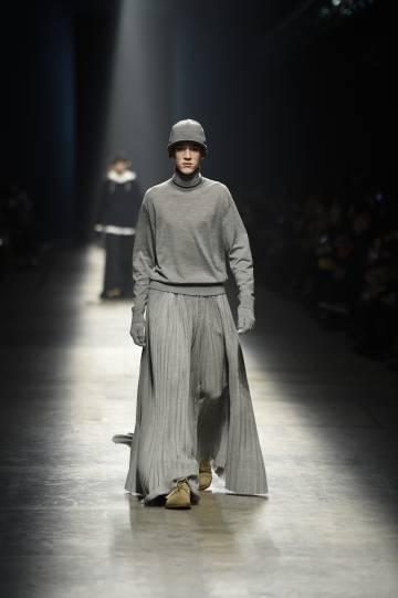Un modelo desfila con una falda de Undercover.