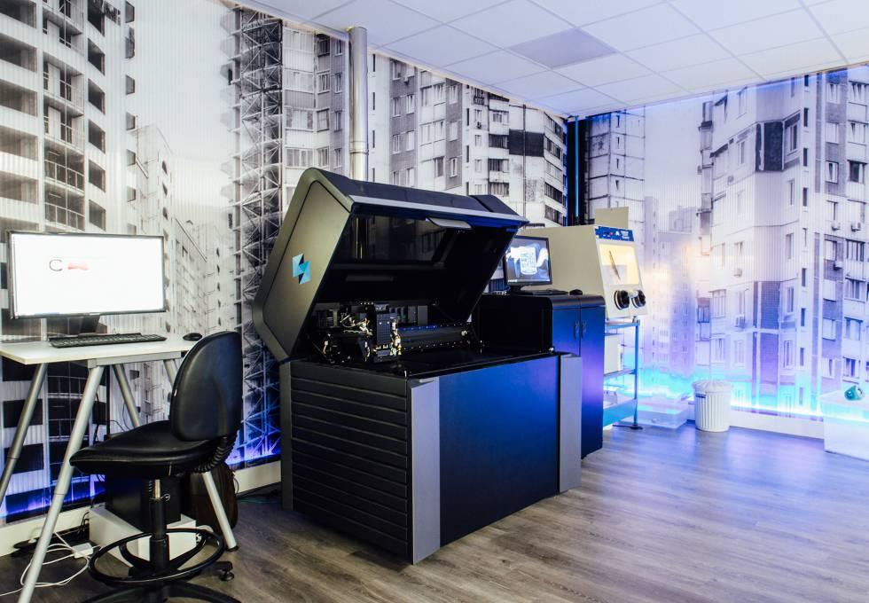 Impresora 3D en el taller de Estudios Durero, en Zamudio (Bilbao). Esta máquina funciona con la técnica Polyjet, que deposita sobre una bandeja material plástico que se solidifica mediante luz ultravioleta. Permite imprimir con varios colores a la vez.