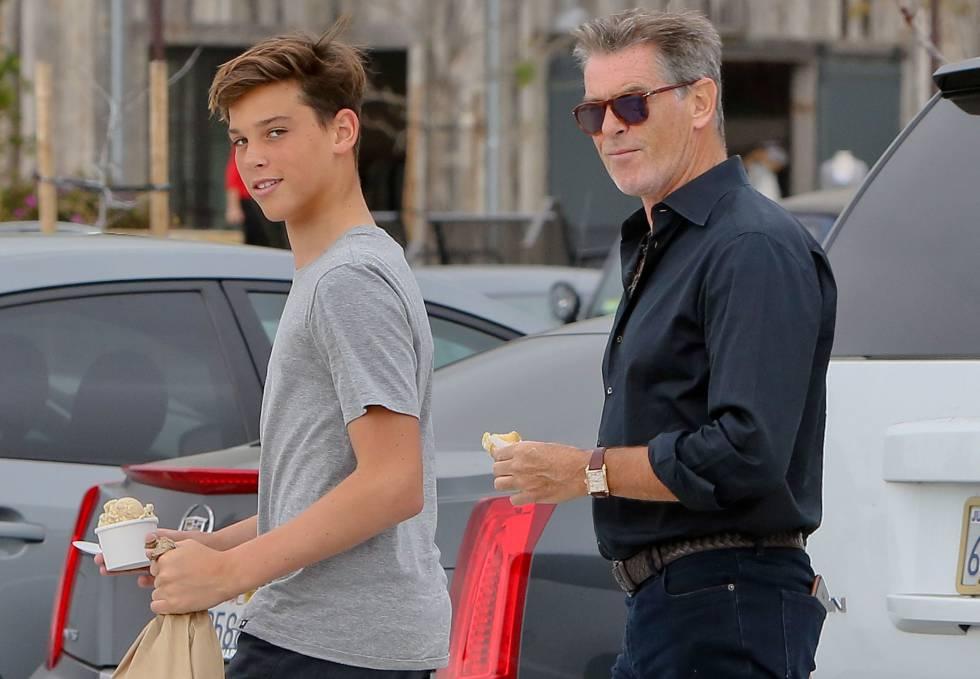 Pierce Brosnan y su hijo Paris en Malibú en marzo de 2015.