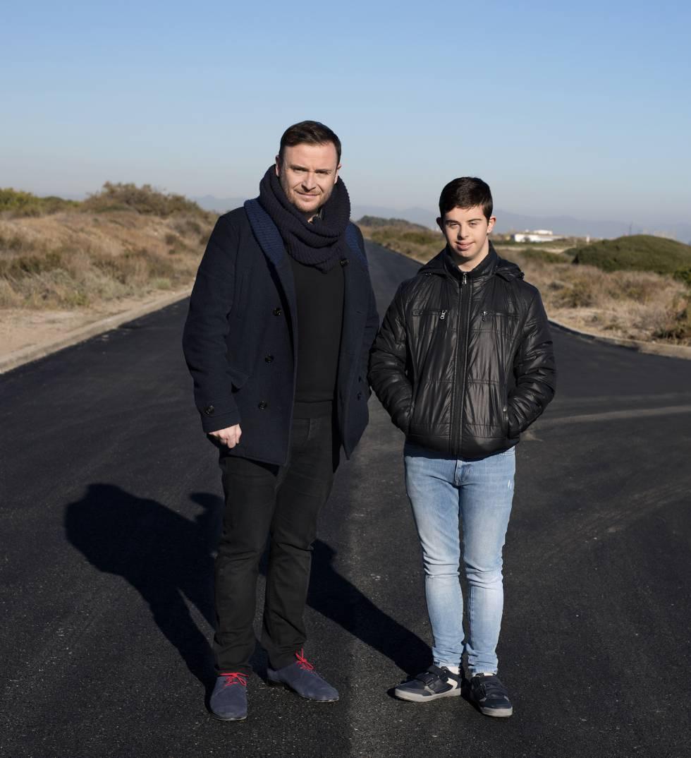 El cineasta Josevi García (izquierda) y Pablo Molina, protagonista de su corto 'Distintos'.