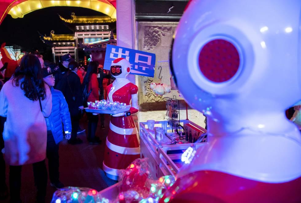 Vendedoras robot con inteligencia artificial en China.