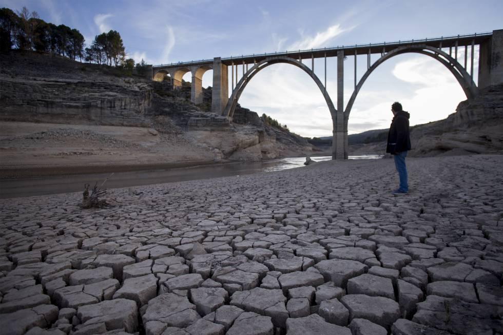 Terreno agrietado y seco en el embalse de Entrepeñas, en el río Tajo, en noviembre.