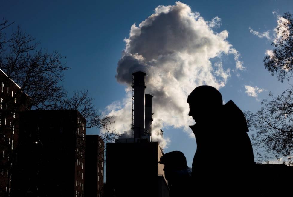 Emisiones de una planta eléctrica en Nueva York (EE UU), el 18 de enero.