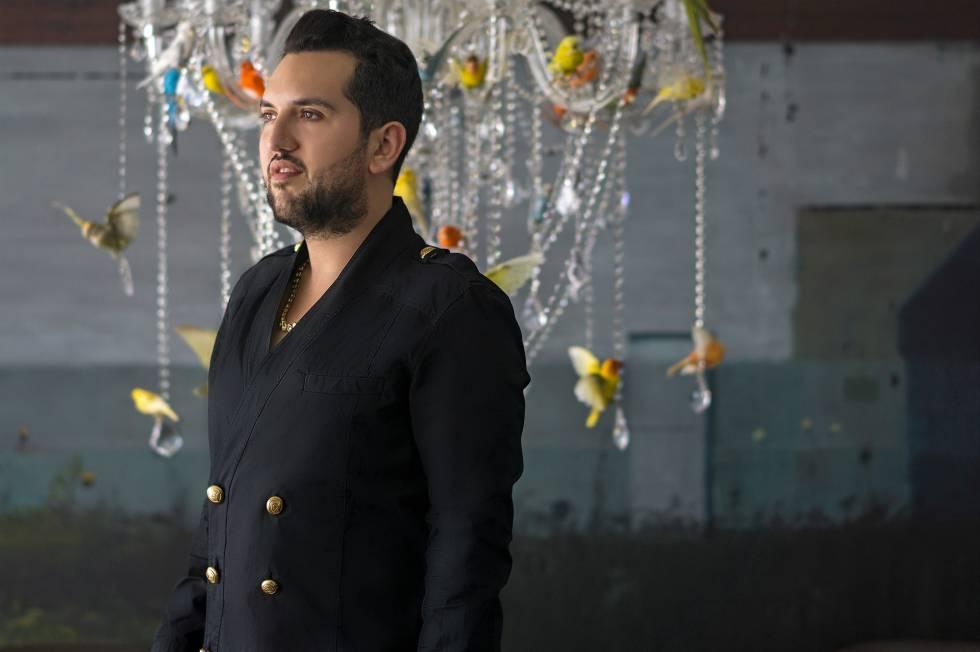 O chileno Juan Yarur, membro dos comitês de aquisições do MOMA e da Tate Modern, em sua casa de Miami Beach, diante de uma luminária do artista chileno Sebastián Errázuriz e um quadro do cubano Alejandro Campins