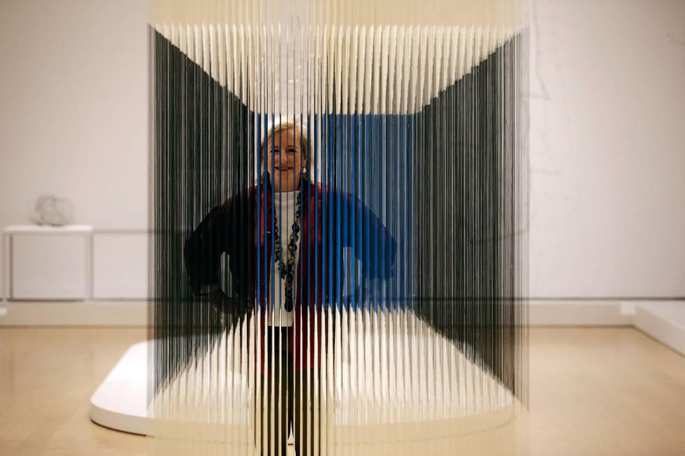 Patricia Phelps de Cisneros ao lado da obra 'Cubo de Náilon', de Jesús Soto. A colecionadora venezuelana doou recentemente 202 obras a seis museus internacionais, entre os quais o madrilenho Reina Sofía