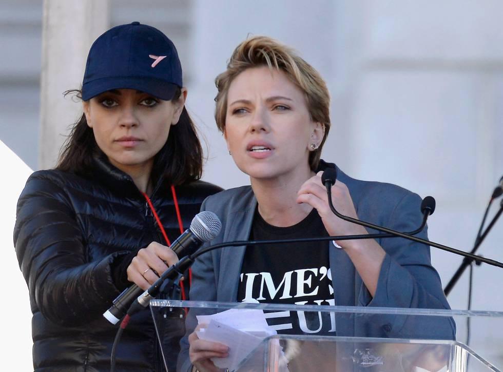 Las actrices Mila Kunis y Scarlett Johansson, en la Marcha de las Mujeres el pasado sábado en Los Ángeles.