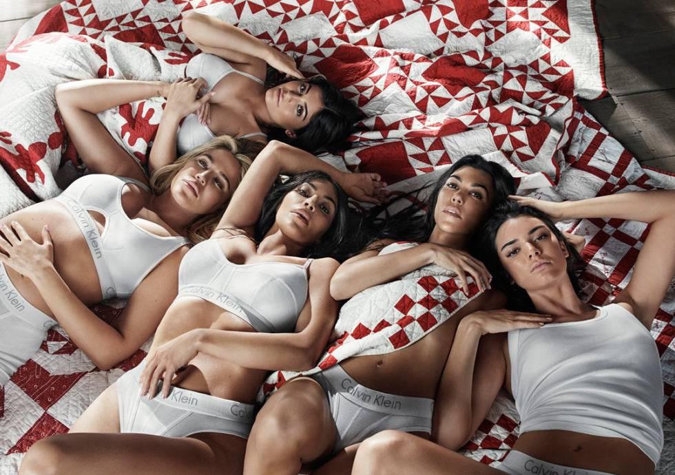 De izquierda a derecha: Kylie Jenner, Khloé, Kim y Kourtney Kardashian y Kendall Jenner en la campaña de Calvin Klein fotografiada por Willy Vanderperre.