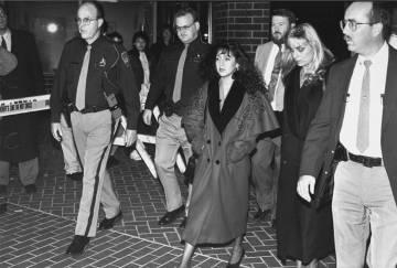 Lorena Bobbitt junto con sus abogados y agentes de la policía a la salida del juzgado.