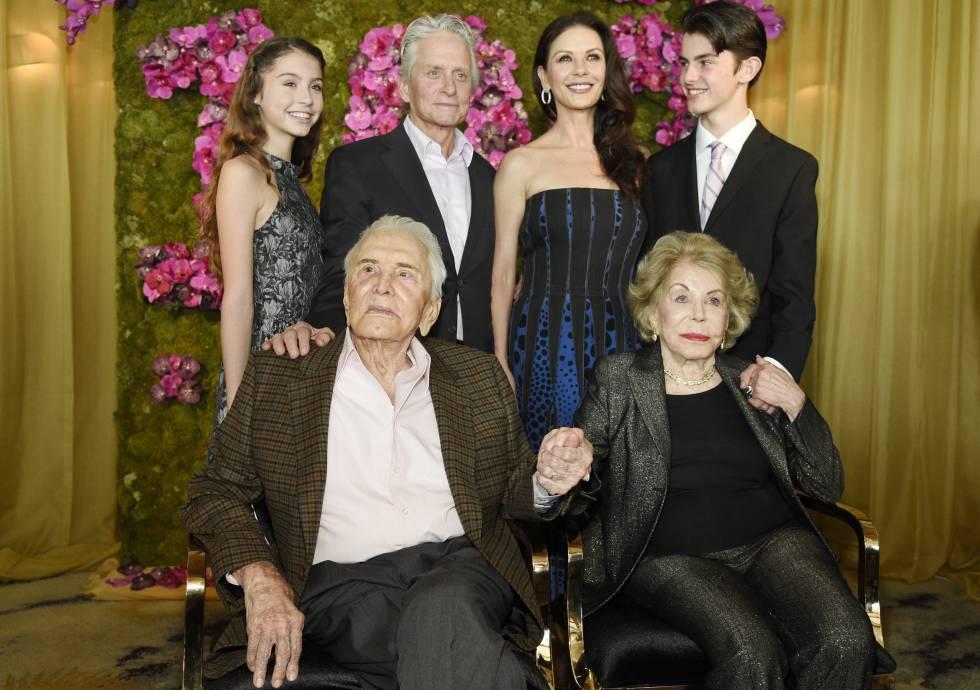 Catherine Zeta_Jones y Michael Douglas con sus hijos Carys Zeta y Dylan. Sentados el actor Kirk Douglas y su esposa Anne.