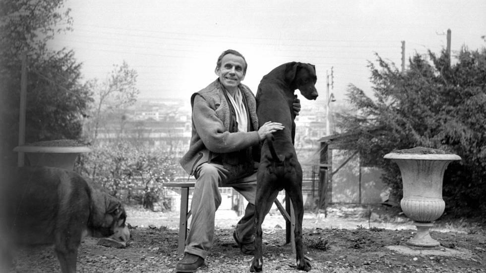 El escritor Louis-Ferdinand Céline (1894-1961) en Meudon alrededor de 1955.