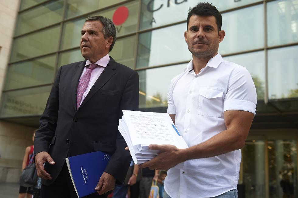 El abogado Fernando Osuna y, a la derecha, Javier Sánchez, presunto hijo de Julio Iglesias, tras salir de los juzgados el pasado septiembre.