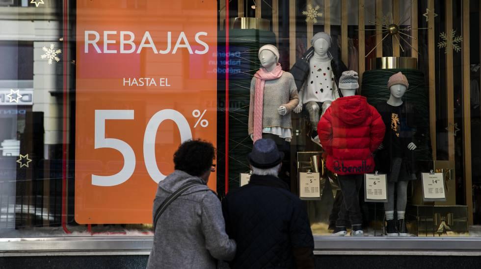 e0254f20213 Carteles de rebajas en una de las tiendas de textil del centro de Madrid.