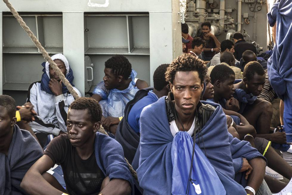 Migrants aboard the Cantabria, silent witnesses to the conflict.