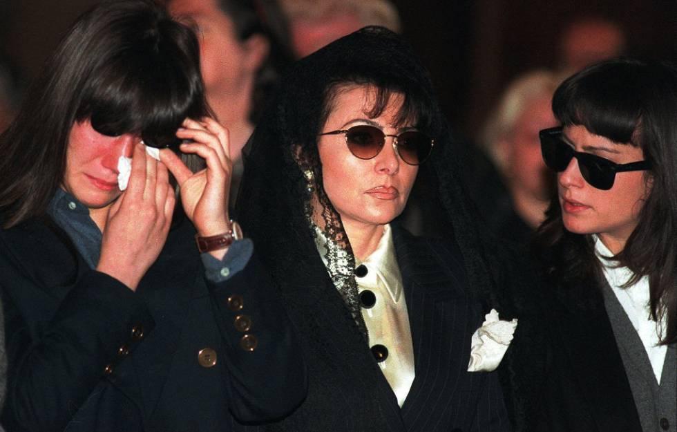 Allegra Gucci (izquierda) y Alessandra Gucci (derecha) junto a su madre Patrizia Reggiani Martinelli (centro) en el funeral de Maurizio Gucci en Milán en 1995.