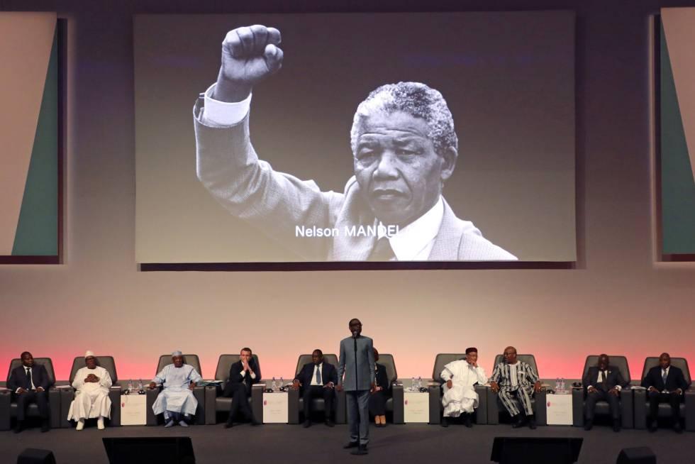 El cantante senegalés Youssou N'Dour durante la conferencia sobre financiación de la Educación celebrada en Dakar al final de la semana pasada. Al fondo, la imagen de Nelson Mandela.