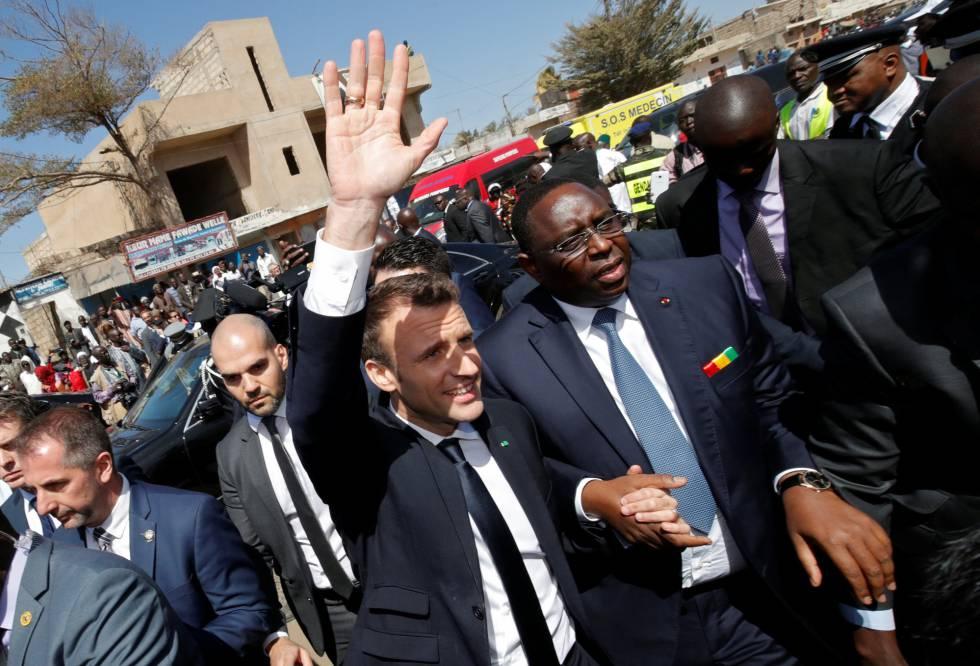 El presidente senegalés Macky Sall y su homólogo francés Emmanuel Macron durante la visita de este a Dakar para la Conferencia Mundial sobre Educación.