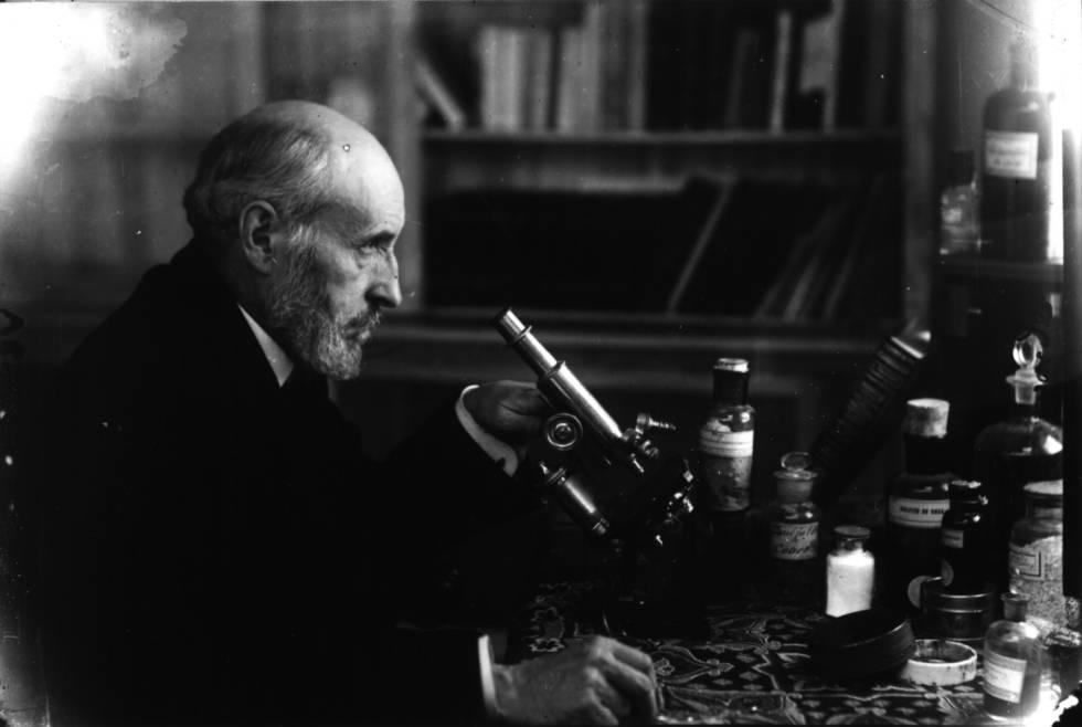 El investigador Santiago Ramón y Cajal, en su laboratorio.
