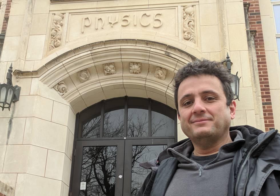 El astrofísico español Eduardo Guerras, en la Universidad de Oklahoma (EE UU).