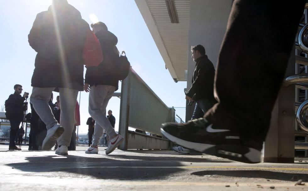 Trabajadores de Opel España salen de la factoría de Figueruelas (Zaragoza).