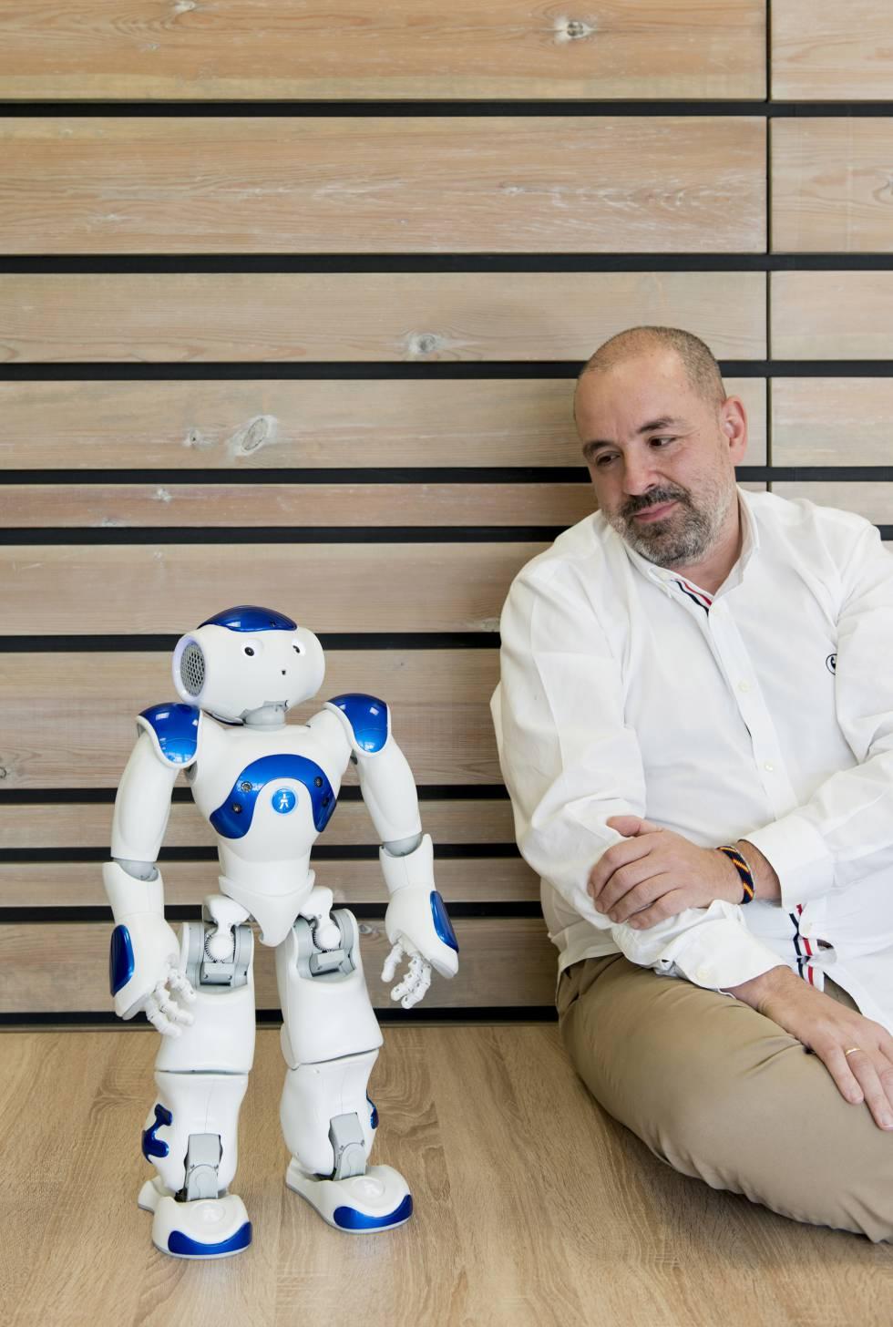 El gerente de sistemas, Manuel de Arcocha, con un robot al que se ha instalado un chatbot para resolver dudas sobre envases.