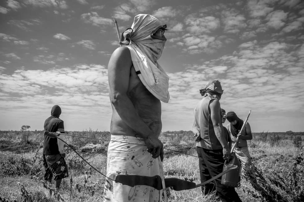 Indígenas de la retomada Guapoy esperan frente a una estancia custodiada por la Policía Militar en Caarapó (Mato Grosso do Sul, Brasil).