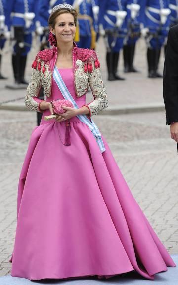La Infanta Elena con un vestido de Lorenzo Caprile en la boda de Victoria de Suecia en 2010.