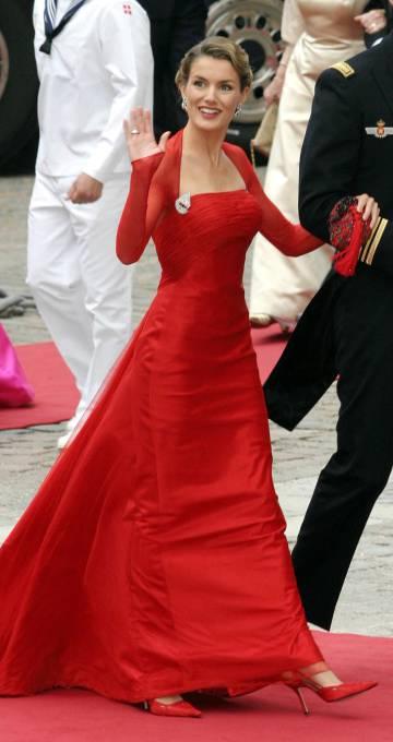 La reina Letizia con un vestido rojo de Lorenzo Caprile en la boda de Federico de Dinamarca en 2004.
