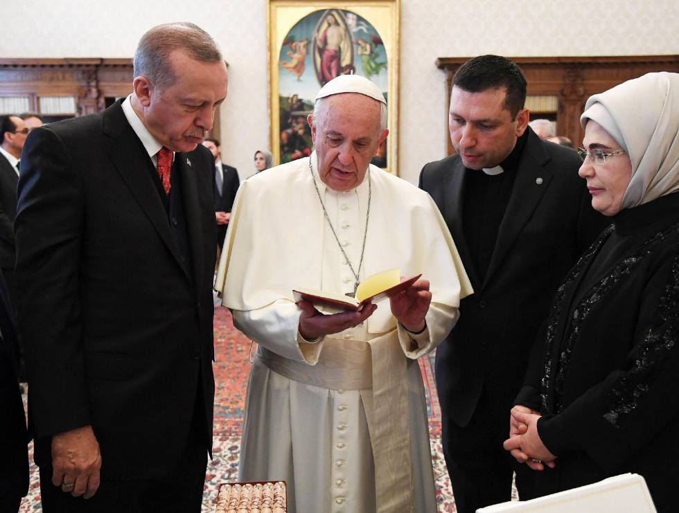 El papa Francisco, junto al presidente turco, Recep Tayyip Erdogan, y su esposa, Emine Erdogan, en el Vaticano el pasado 5 de febrero.