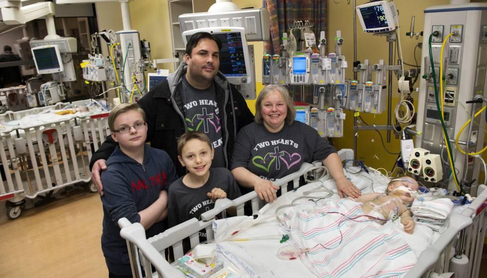 Jill and Michael Richards, con sus dos hijos mayores, Collin y Seth, posan junto a una de las niñas tras la separación.
