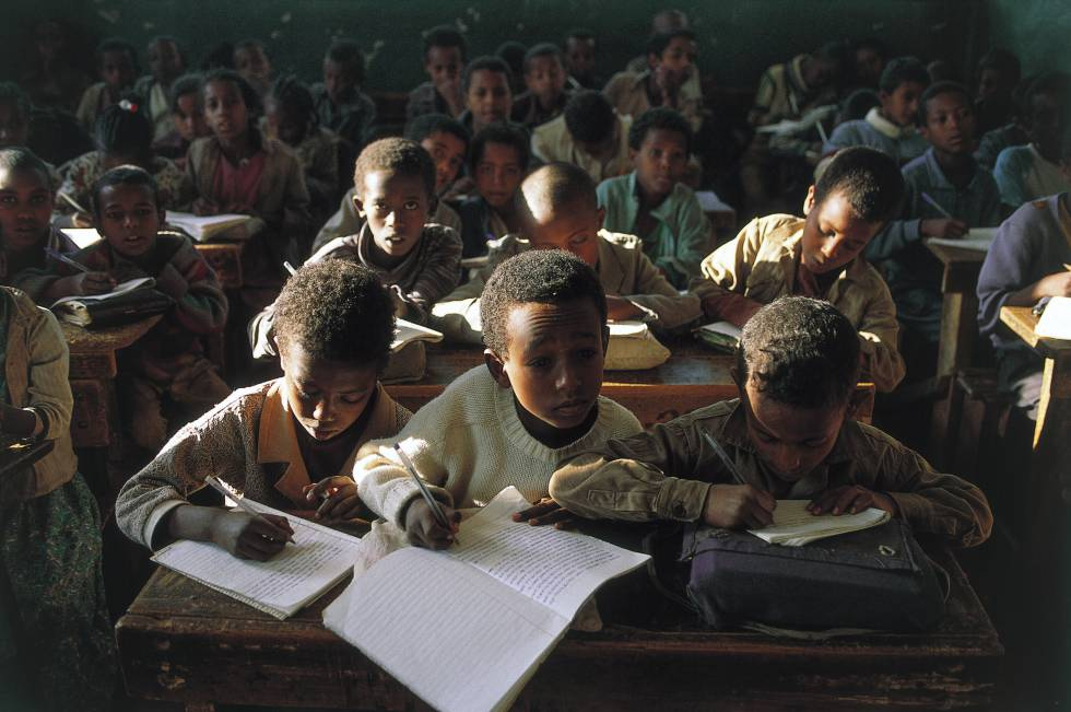 Niños, durante una clase en una escuela de Gondar, en Etiopía.