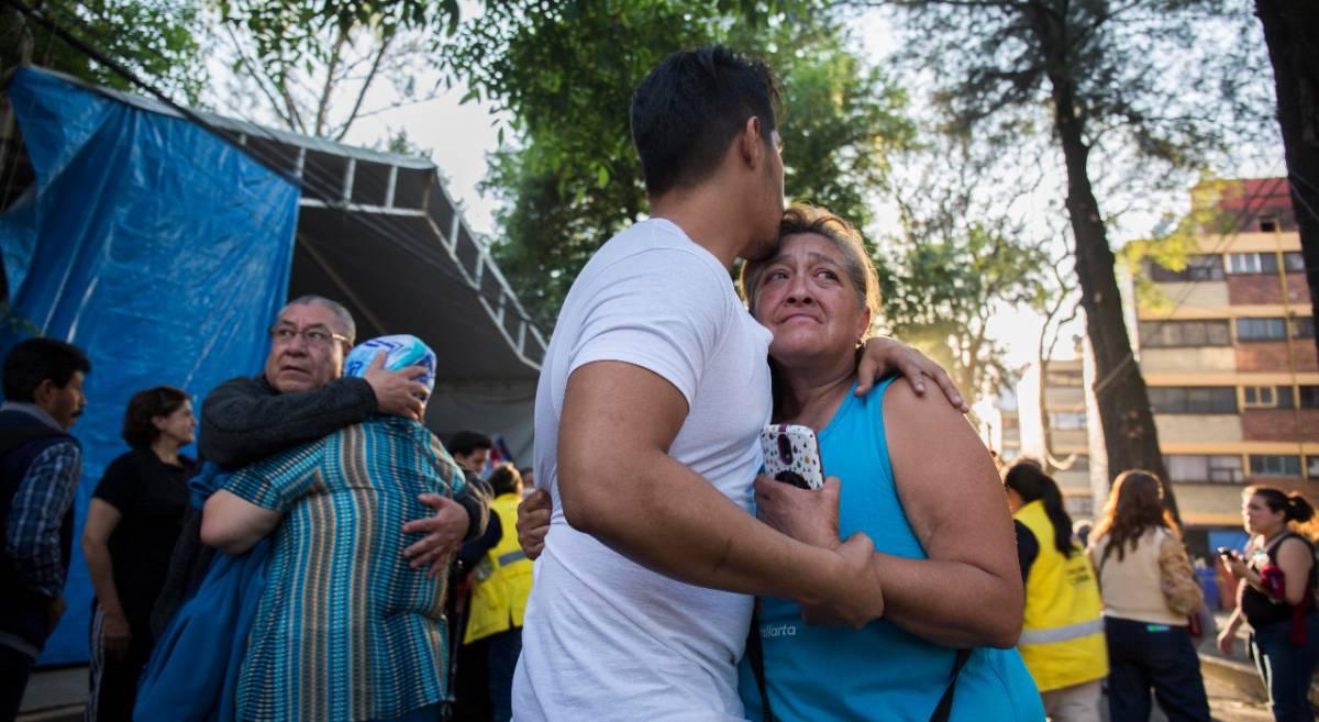 Vecinos de Ciudad de México tras el terremoto.