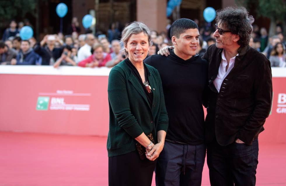 Con su pareja, Joel Coen (derecha), y su hijo Pedro.