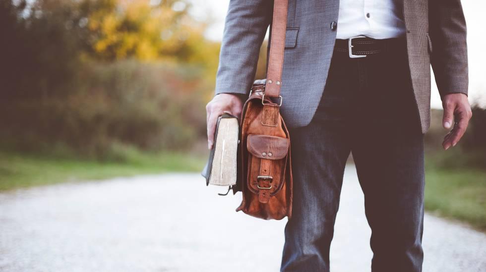 acdae17f4cb 15 bolsos de hombre con estilo para olvidarse de los bolsillos ...