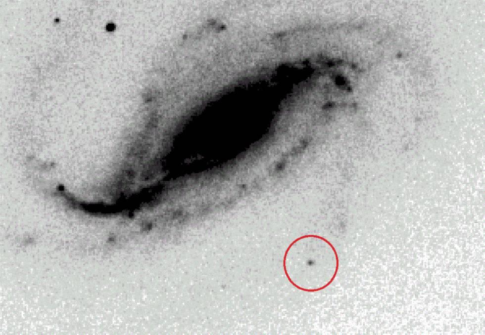 Una de las fotografías originales de la supernova (en el círculo rojo).