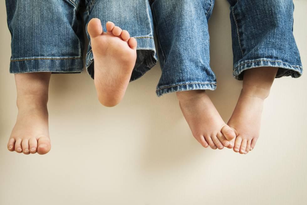Andar descalzo, tipo de calzado y otros mitos en torno a los pies de los niños