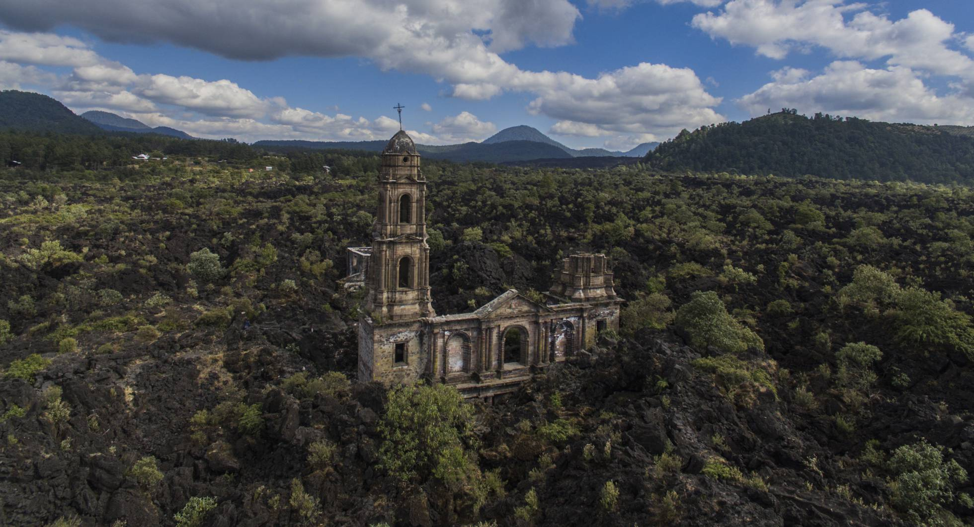 vista aérea de la iglesia de  San Juan Parangaricutiro