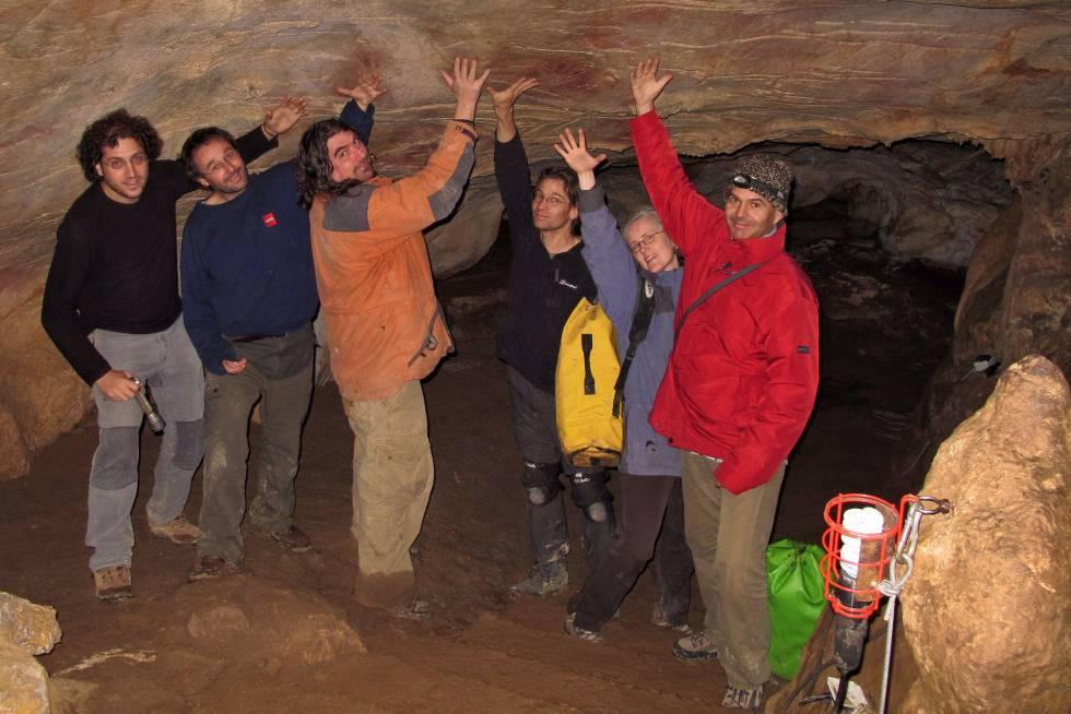 De izquierda a derecha, los investigadores Daniel Garrido, Marcos Garcia, Alistair Pike, Dirk Hoffmann, Carola Hoffmann y João Zilhão.
