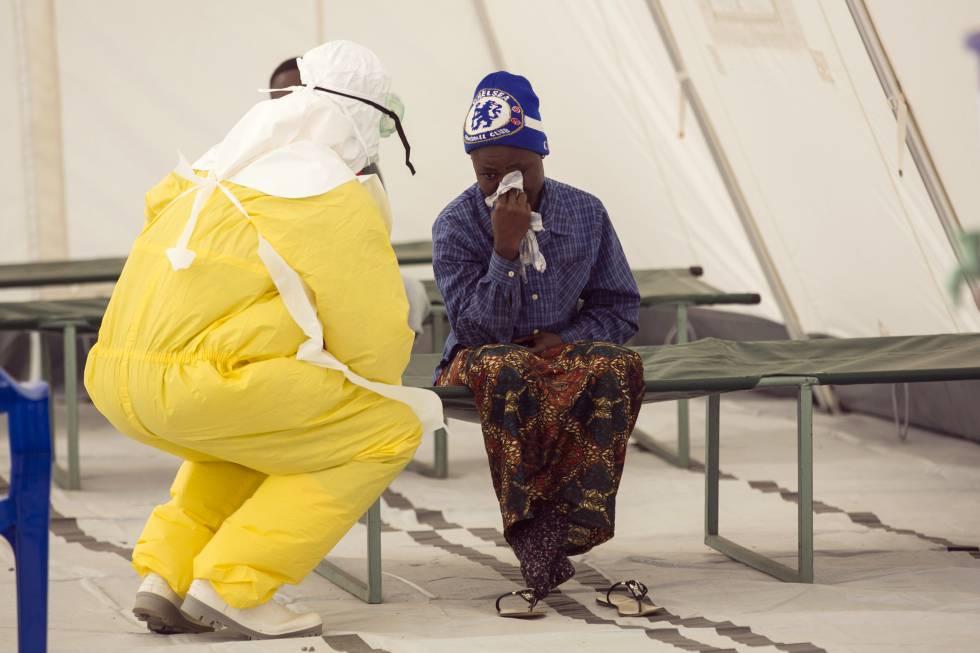 Un médico atiende a un paciente con ébola en Sierra Leona