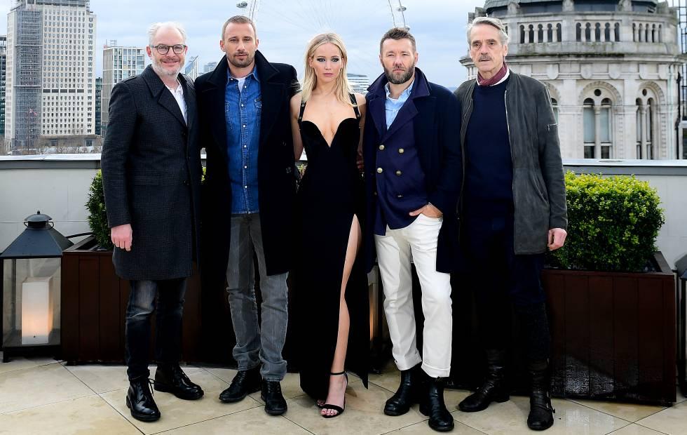 Jennifer Lawrence junto a sus compañeros de reparto el pasado martes en Londres.