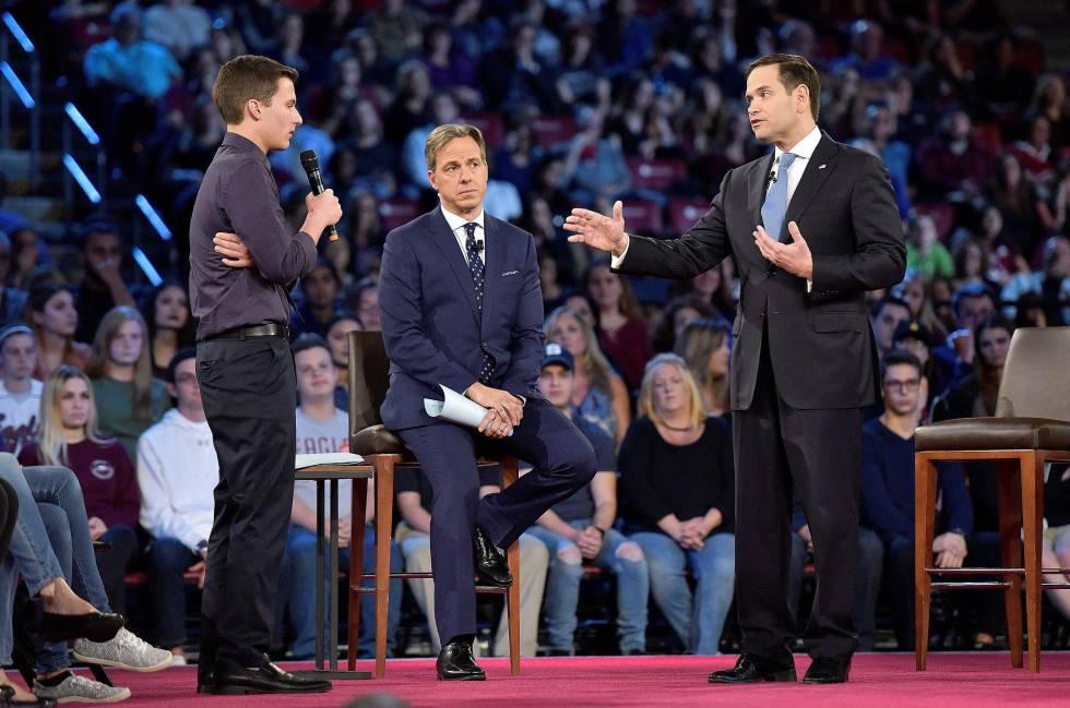 Cameron Casky (izquierda), el estudiante que se enfrentó al senador republicano Marco Rubio (derecha) ante millones de espectadores.