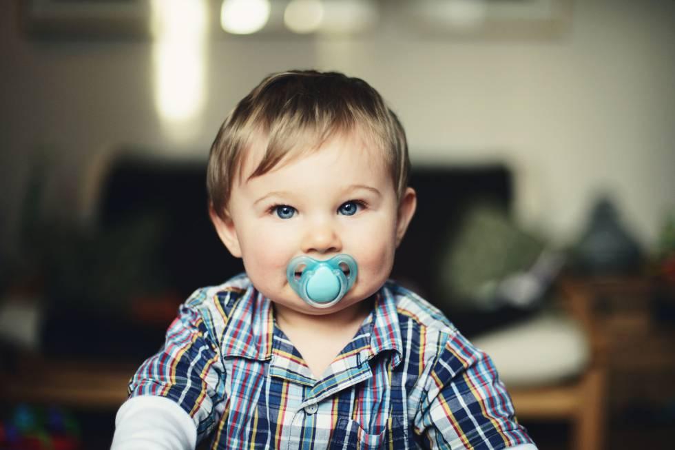 Bebé con chupete.