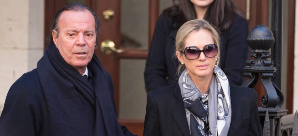 Julio Iglesias con su esposa Miranda Rijnsburger en el funeral de Óscar de la Renta en Nueva York.
