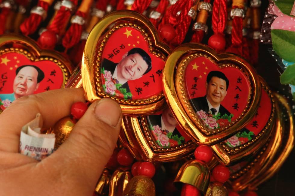 Collares con la efigie del presidente chino a la venta en Pekín.