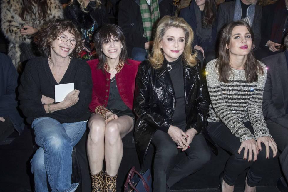 Jane Birkin, Charlotte Gainsbourg, Catherine Deneuve y Charlotte Casiraghi, durante el desfile.
