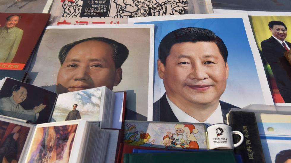 Un poster del líder comunista Mao Zedong junto a uno del presidente chino, Xi Jinping, en un mercado de Beijing.