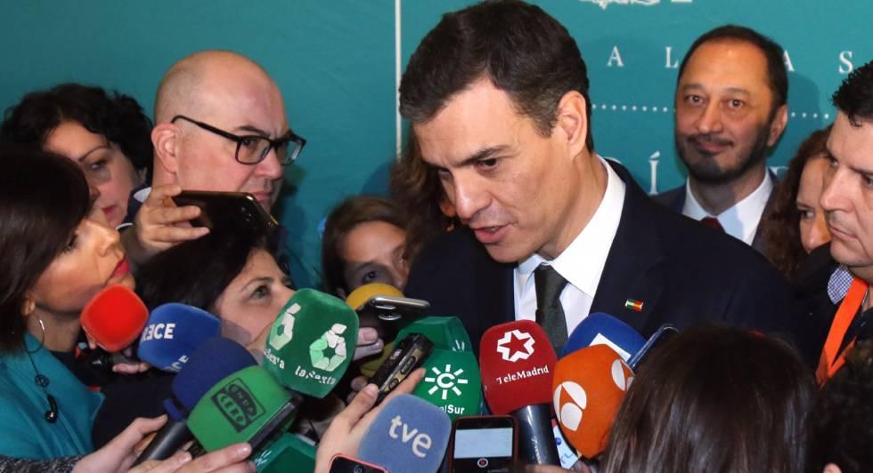 El líder del PSOE, Pedro Sánchez, atiende a los medios de comunicación.