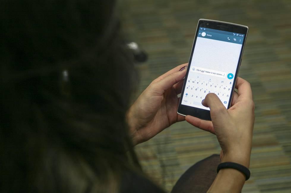 Una usuaria de WhatsApp redacta un mensaje en español con faltas y términos contraídos. © Julián rojas